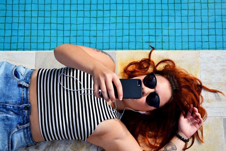 escuchar podcasts verano piscina